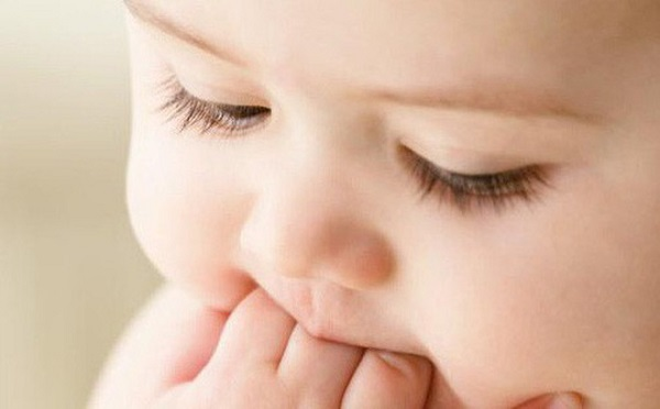 Không nên bấm mi cho trẻ sơ sinh vì có thể gây hại cho đôi mắt bé
