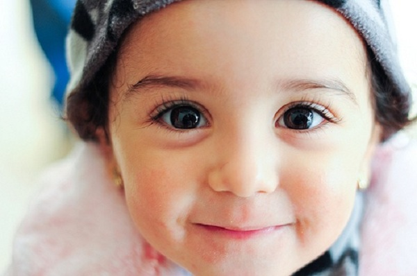 Mẹ nên chăm chút cho đôi mắt của bé một cách khoa học thay vì bấm mi