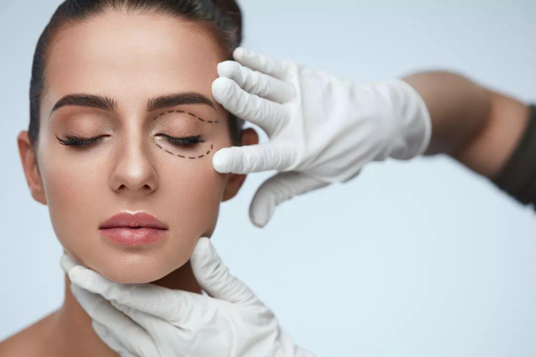 Vệ sinh mắt kỹ lưỡng bằng nước muối sinh lý sẽ ngăn ngừa tình trạng nhiễm trùng